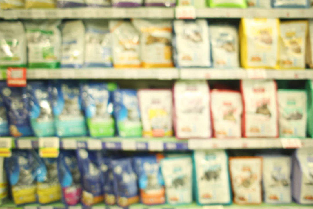 Pet food products on store shelves (©STOCKR - STOCK.ADOBE.COM)
