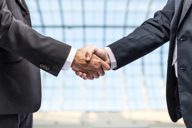 Business handshake between two men (©STOCKR - STOCK.ADOBE.COM)