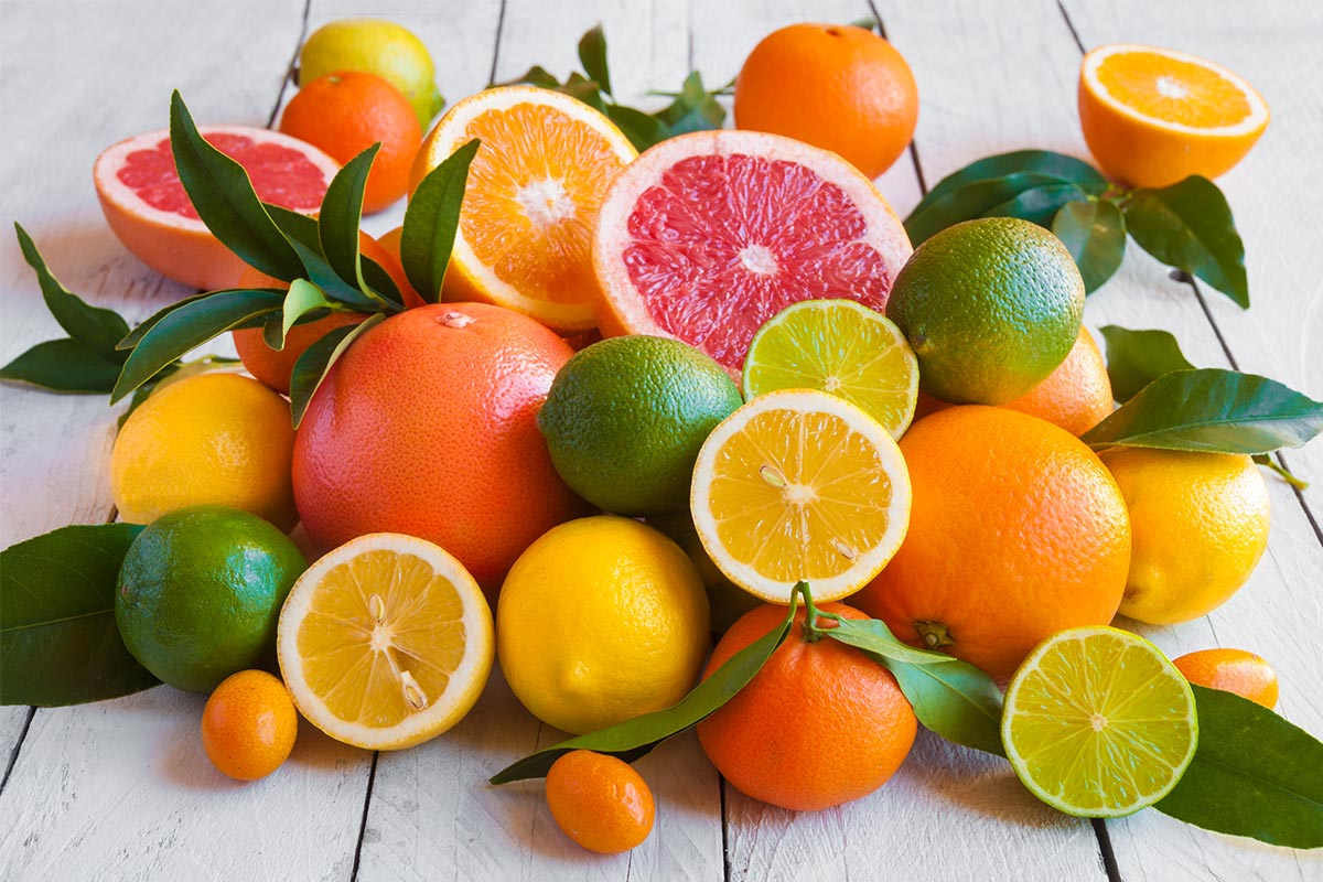 Assorted citrus fruits on table (©STOCKR - STOCK.ADOBE.COM)
