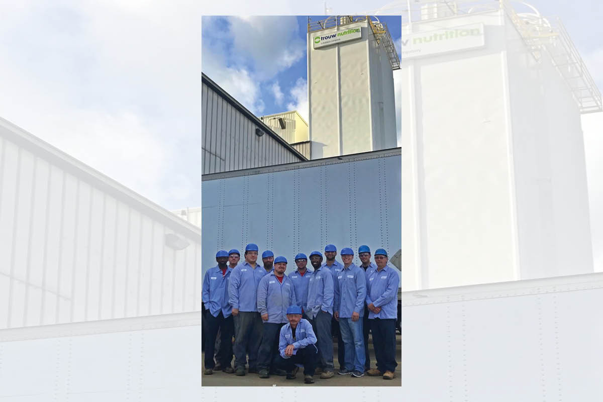 Trouw Team outside plant